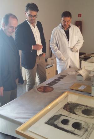 Guillermo Quero con Isidro Toro supervisan la copia de los Libros Plúmbeos.