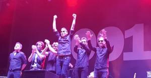 Los Cero saludan al final del concierto.
