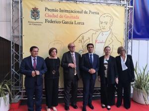 Pere Gimferrer, con las autoridades y Laura García Lorca.