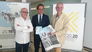 El delegado de Cultura flanqueado por el coordinador del Teatro Alhambra y el responsable de los teatros autonómicos.