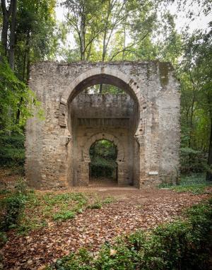Puerta de Bib-Rambla en el bosque de la Alhambra.