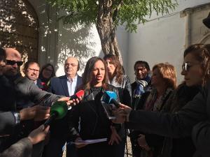 Rocío Díaz atiende a los medios durante la visita al Maristán.