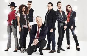 Simple Minds, con su lïder Jim Kerr agachado.
