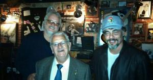 El pianista del Bohemia Jazz Café, Ignacio Olmedo, con Benicio del Toro y Tim Robbins.