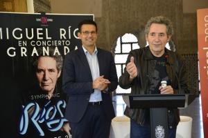 Miguel Ríos, junto al alcalde, Francisco Cuenca, en la presentación de su gira.