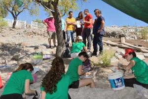 Jóvenes que participan en las catas arqueológicas en Tózar.