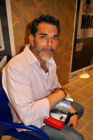 Víctor del Árbol, retratado por Raquel Marín, que firma el reportaje gráfico.
