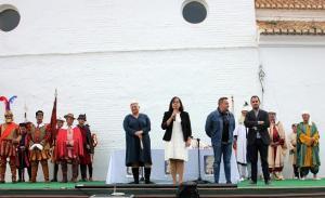 La alcaldesa de Válor presenta el acto.