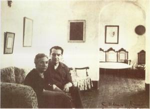Vicenta con Federico. Vicenta Lorca y su hijo Federico, en la Huerta de San Vicente, en la década de los años treinta. El poeta viste el mono característico de los componentes de La Barraca. Vicenta sobrepasaba los sesenta años.