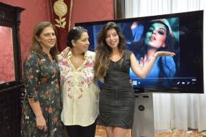 Soleá Morente junto a su madre, Aurora Carbonell, y la edil de Turismo, Raquel Ruz.