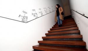 Las viñetas de Max llegan hasta las escaleras del centro.