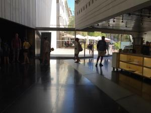 Visitantes en el vestíbulo del Centro Lorca.