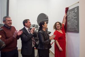 La alcaldesa descubre la placa del centro junto a Aurora Carbonell.