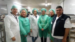 Miembros de la asociación de celíacos, junto a responsables de hostelería del hospital.
