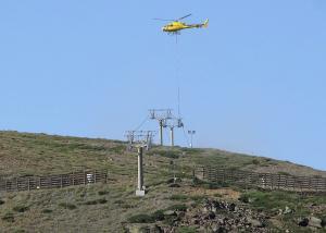 Imagen del helicóptero durante la instalación de los nuevos elementos del telesilla Jara.