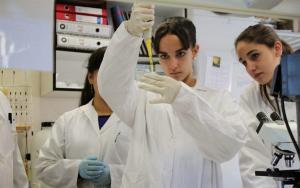 Jóvenes experimentan en un laboratorio.