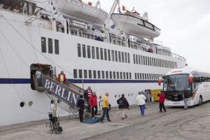 Los pasajeros del buque Berlín desembarcan.