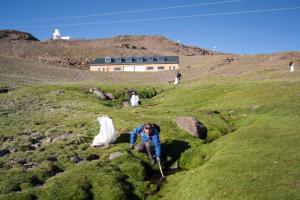 Operarios recogen residuos en los arroyos y borreguiles de Sierra Nevada.