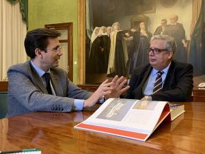 El alcalde de Granada con el representante de Trasmediterránea.