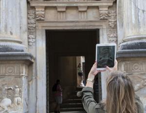 Una turista durante su visita a la Alhambra.