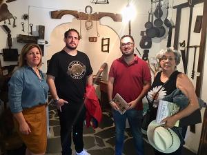 La alcaldesa de Bubión con representantes de la Mancomunidad y Margarita Birriel.