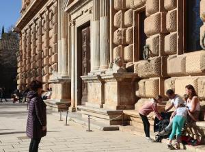 Turistas junto al Palacio de Carlos V.