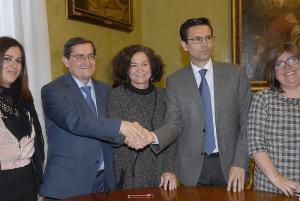 La rectora, en un acto con el presidente de la Diputación y el alcalde.