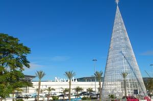Árbol de Navidad a la entrada del centro comercial.