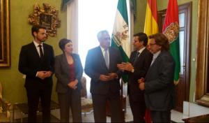 El consejero, en su visita al Ayuntamiento de Granada.