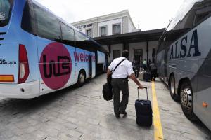 Autobuses turísticos frente a la estación de tren de Granada.