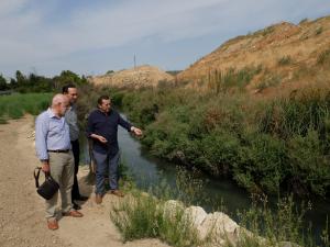 Cámara, Castellanos y Vázquez comprueban el cauce del río afectado.