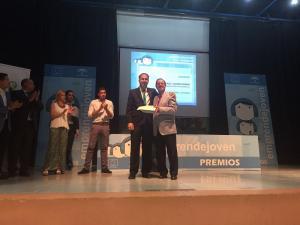 El director general de Innovación Educativa entrega el premio al profesor del IES AVE María San Cristóbal.