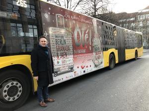 El diputado provincial de Turismo, junto a uno de los buses de la campaña.