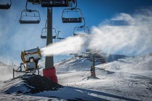 Cañón de nieve junto a un telesilla en Borreguiles.