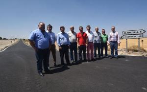 Representantes de Diputación y municipios, en un tramo reasfaltado.