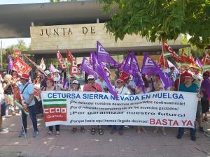 Concentración a las puertas de la Consejería de Turismo, en Sevilla.
