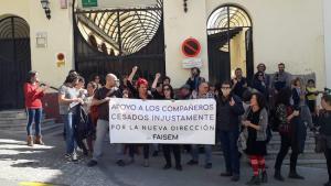 Concentración, este viernes, ante una de las sedes de FAISEM en Granada.