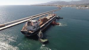 El carguero en el Puerto de Motril.