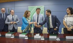 Carmen Crespo, en una visita a Granada el pasado verano, acompañada entre otros por Sergio Arjona (segundo por la izqda.).