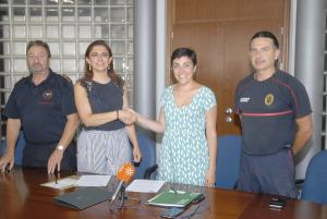 Raquel Ruz y Mariela Fernández-Bermejo con responsables de los bomberos.