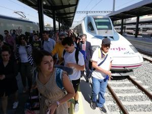Viajeros del primer AVE procedente de Madrid a su llegada a Andaluces.