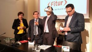 El alcalde, junto a la delegada de la Junta, el presidente de la Diputación y el de la Federación de Hostelería, prueba una de las gafas para visión en 360º.