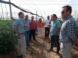 El delegado de Agricultura con los alcaldes de Zújar y Freila y agricultores de la zona.