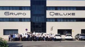 Imagen de la plantilla del Grupo Deluxe a las puertas de sus oficinas en Granada.