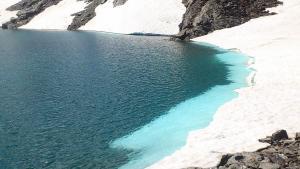 Vista de la playa de nieve en la Laguna de las Yeguas.