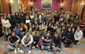 Jóvenes participantes, tras recibir sus diplomas.