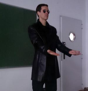El profesor, caracterizado como Morfeo.