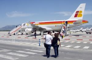 Pasajeros embarcan en un avión de Iberia.