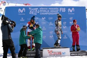 José Entrena entrega una de las medallas.
