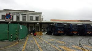 Imagen de los autobuses que trasladan a los viajeros en la estación de tren.
